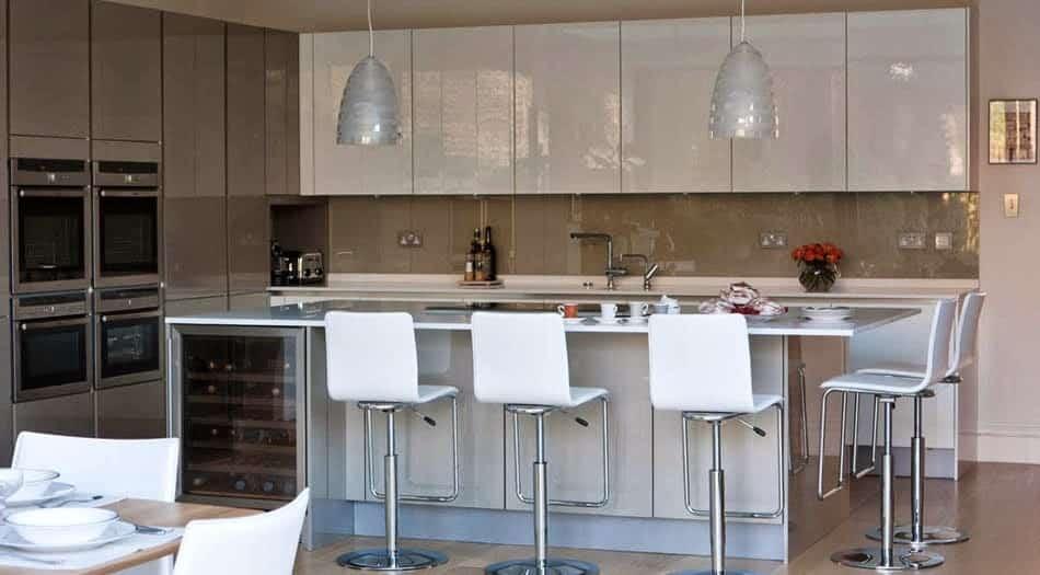 Vidrios de decoración en pared frontal de cocina