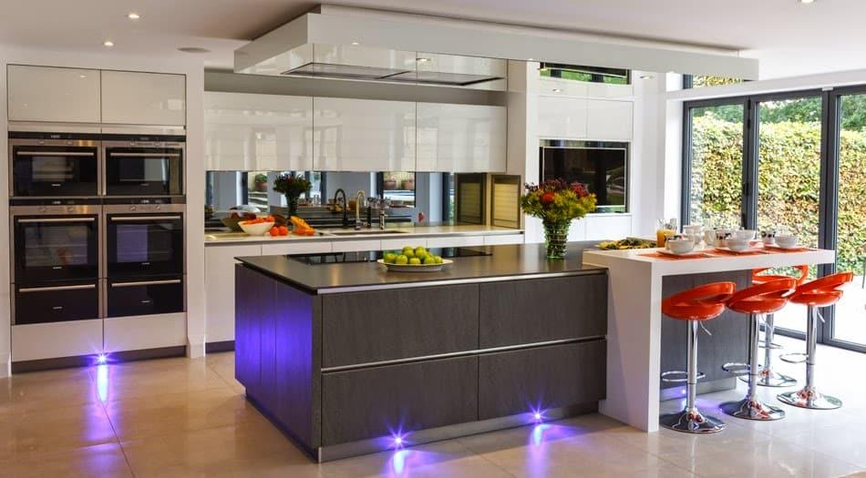 Vidrios de decoración en cocina con pared frontal